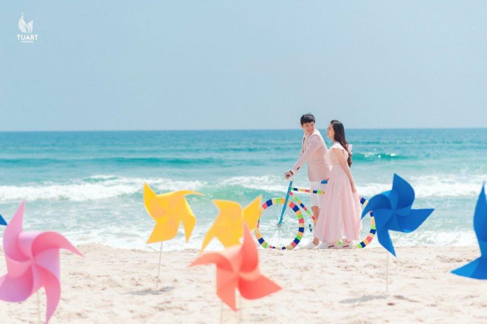 Cách tạo dáng chụp ảnh cưới ngoài trời ấn tượng cho cặp đôi sắp cưới 2020