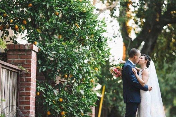 Tổng hợp 12 cách tạo dáng chụp ảnh cưới ngoài trời xu hướng 2020