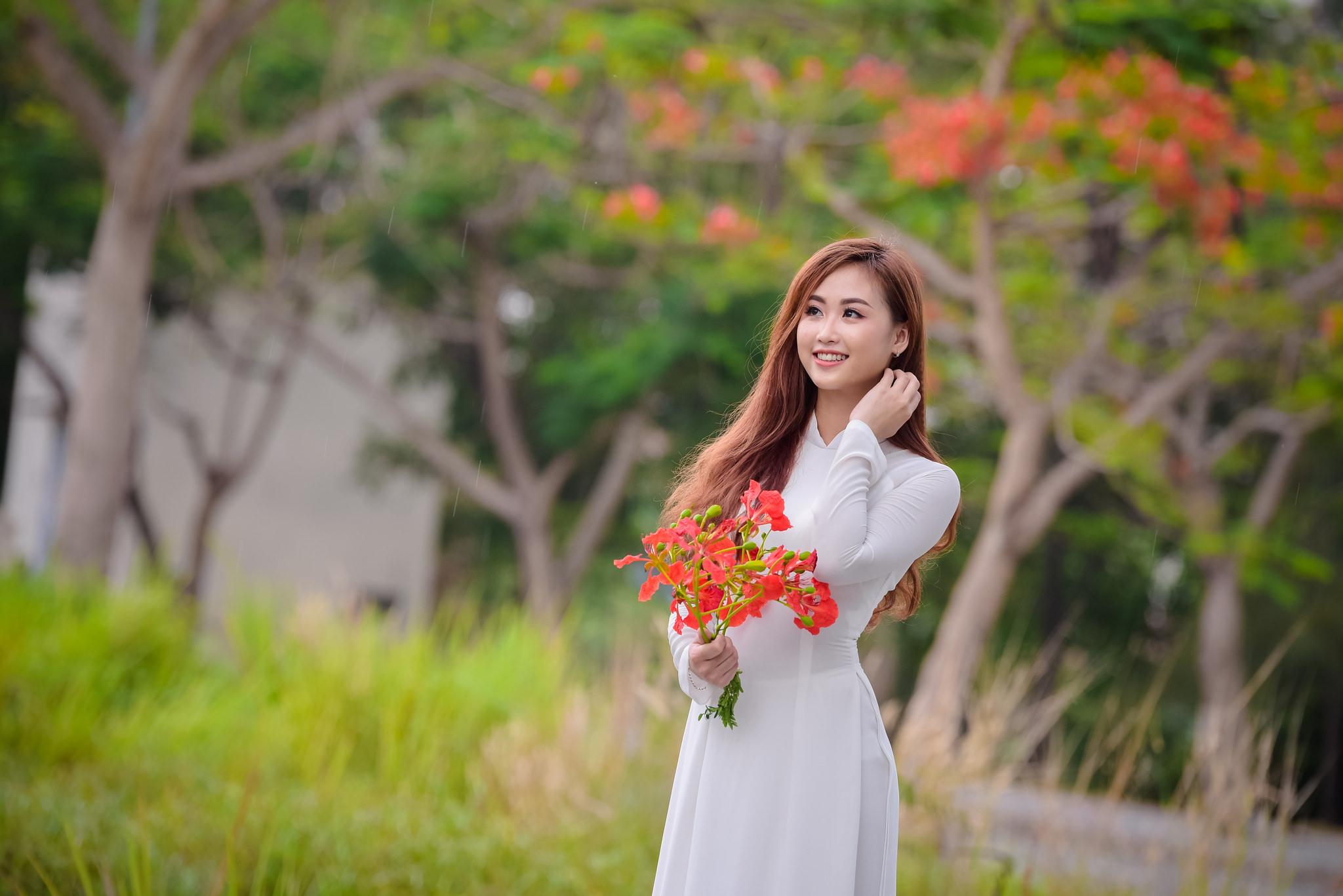 Chụp hình với áo dài trắng - MissAoDai