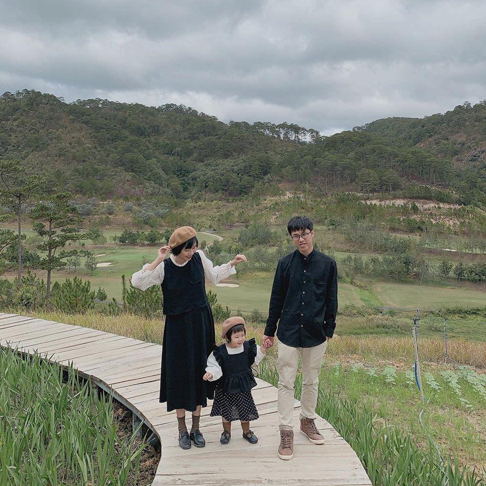 """Ai bảo đi du lịch có con nhỏ là """"vướng chân"""", ra đây mà xem gia đình nhà người ta dắt nhau check-in Đà Lạt hạnh phúc chưa này!"""